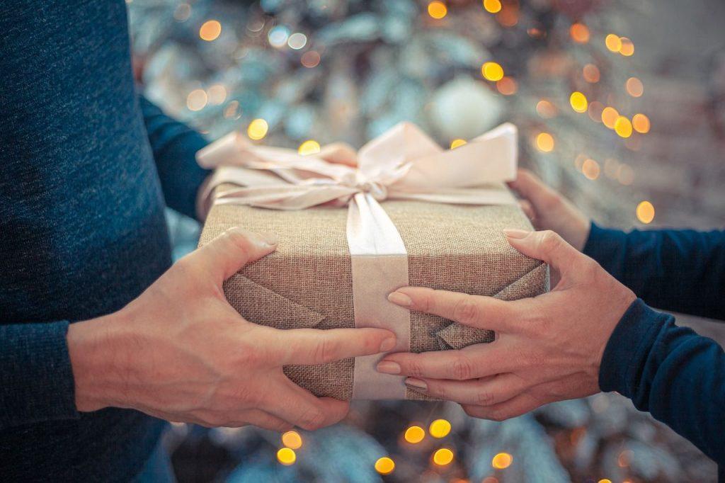 Nyårspresenter, överlämnar till värd