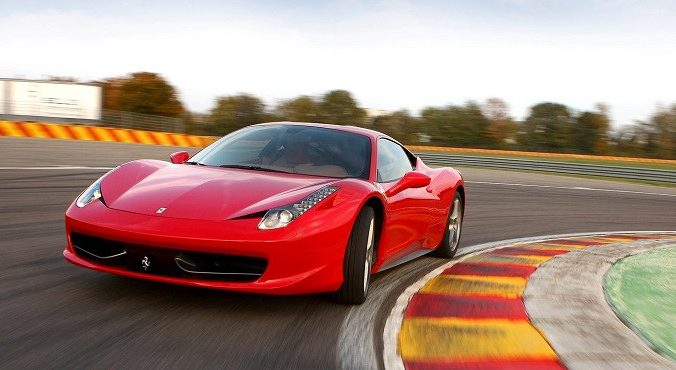 Köra sportbil på racingbana