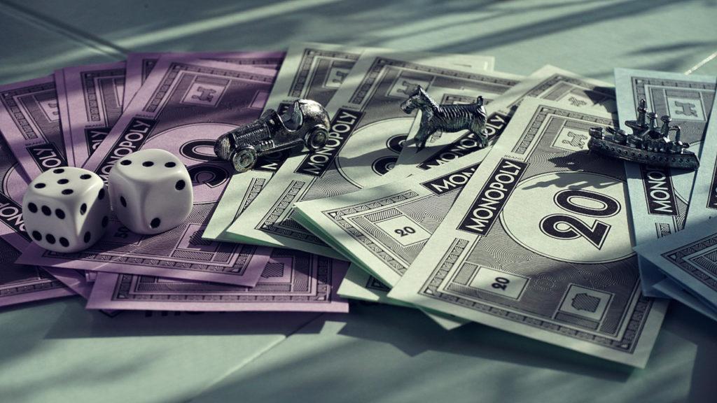 Spelpjäser och pengar till brädspelet Monopol